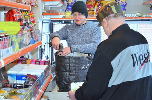 Hermanninnin kassalla letaan viivakoodit niin kuin isommissakin kaupoissa.