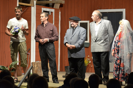Näytelmän sovittaja vasmmalla, yhdessä näyttelijöiden kanssa.