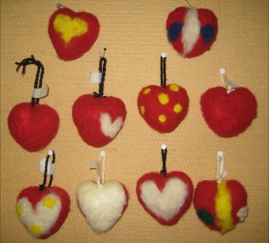 neulahuovutuksella koristellut sydämet 3-4 lk