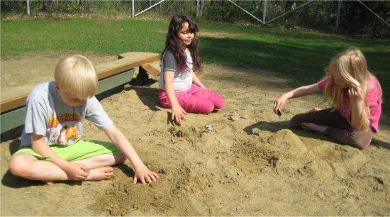 Helteisenä päivänä leikit jatkuivat hiekkakasassa