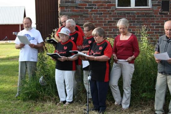 Värtsilän Eläkeliiton lauluryhmä lauloi komeasti Arppen raitin avajaisissa mm. Värtsilä laulun.