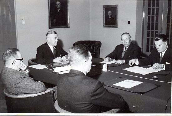 Neuvottelu rautatiehallituksessa 10.3.1960 Onkamo - Parikkala rautatiestä. Pöydän päässä pääjohtaja Aalto, vasemmalla johtaja Hirvisalo, kaupunginjohtaja Juntunen selin, oikealta Kuivalainen ja Vänttinen.
