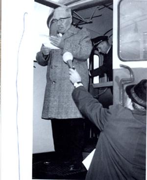 Lättä kelpaa myös puhujakorokkeeksi, kuten 23.9.1966, jolloin juhlittavana oli Parikkalan ja Onkamon välisen oikoradan valmistuminen. Puhetta pitää Yrjö Vänttinen. Kokoelma Suomen Rautatiemuseo.