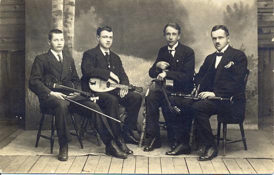 Soitinyhtye Värtsilässä 1918. Leo Partanen toinen oikealta.