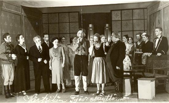 Iloinen talonpoika. Itävaltalainen laulunäytelmä. Talonpoika Matheus, Leo Partanen keskellä.