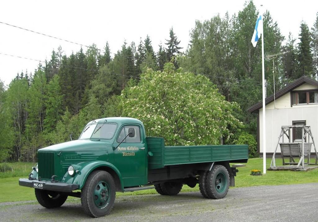 Raja ei ole kaukana, mutta sen länsipuolella liehuu Suomen lippu. Arvo Kahelinen mMuseo-GAZ juhannuksena 2009.