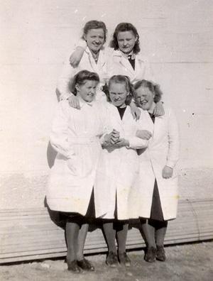 Tytöt Hilkka ja Anni vasemmalla. Sylvi ja Irja ovat jo poisutuneet joukostamme.