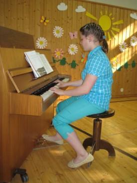 Aada taituroi pianolla