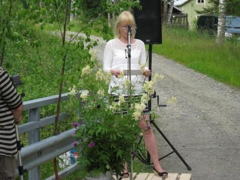 Mikrofonin takana Katja Tikka