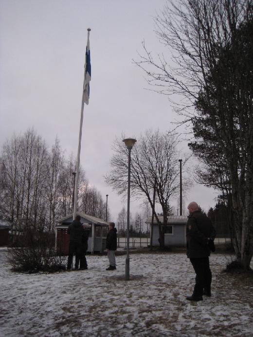 Tuuleton aamuhetki antoi lipun roikkua liehumisen sijaan.