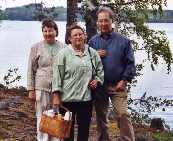 Kesäretkellä Pajarinniemen rantamaisemassa. Helga Karvonen vasemmalla sekä Raili ja Tarmo Huovinen.
