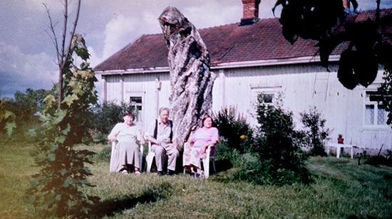 Kesää viettämässä tuulisella mäellä. Raili ja Tarmo Huovinen sekä Helga Karvonen. Taustalla Helgan ja Tarmon vanha kotitalo.