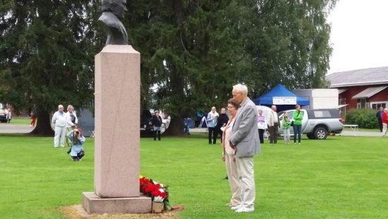 Värtsiläisten Seura ry laski kukkalaitteen Arppen patsaalle. Kuva: Sinikka Kaskinen