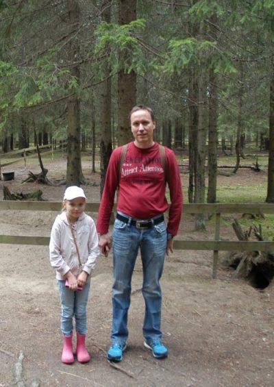 Linnea isän kanssa alpakka-aitauksessa