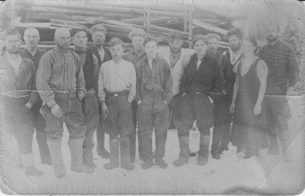 Pälkjärveläisiä miehiä huopatossuisaanmaaliskuussa 1937. Arvaten savottakuva.