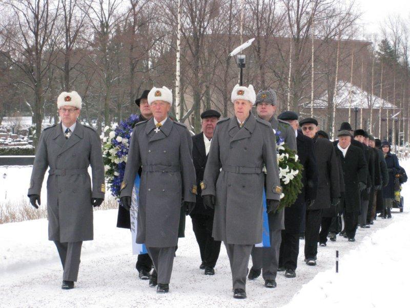 Kansalaisjärjestöjen edustajat saapumassa kunniakäynnille Hietaniemeen.