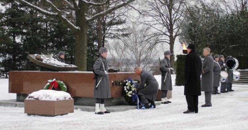 Seppeleenlasku Mannerheimin haudalle.