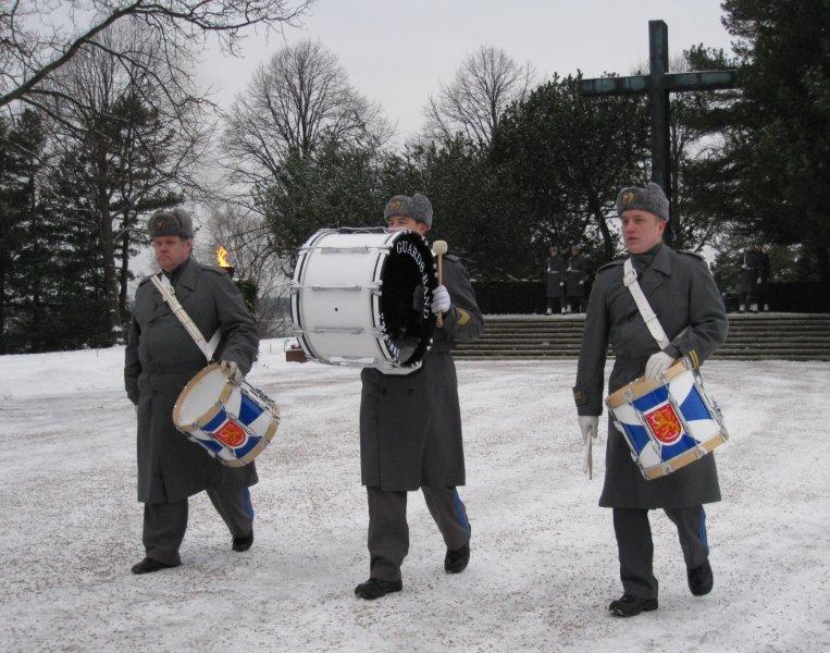 Kunniakäynti on päättynyt. Kaartin soittokunnan edustajat poistuvat sankariaukiolta.