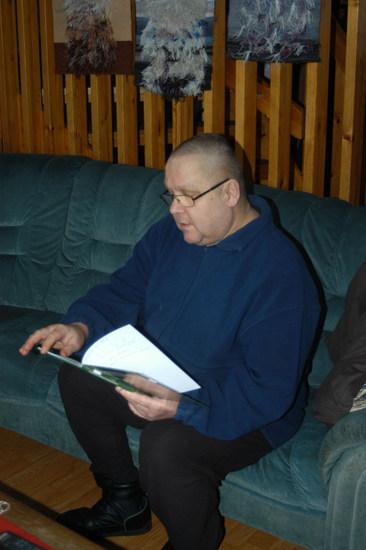 Harri Kotonen selaa uutuuskirjaansa.