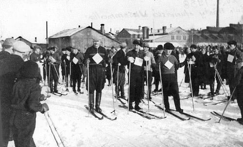 Värtsilän tehtaan työväkeä lähdössä massahiihtoon 20.3.1938