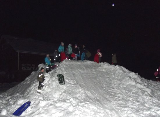 Kylätalon pihalle oli tehty mäenlaskupaikka. Kuva: HT.