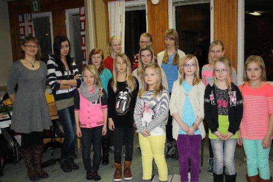 Keski-Karjalan musiikkiopistolaiset konsertin jälkeen ryhmäkuvassa.
