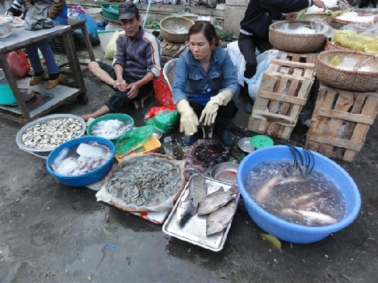 4. Kalakauppiasrouvalla kumihanskat adessa, miehella varpaat