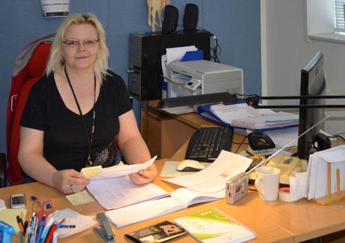 Nurkkalan toiminnanohjaaja Eira  työpöytänsä takana