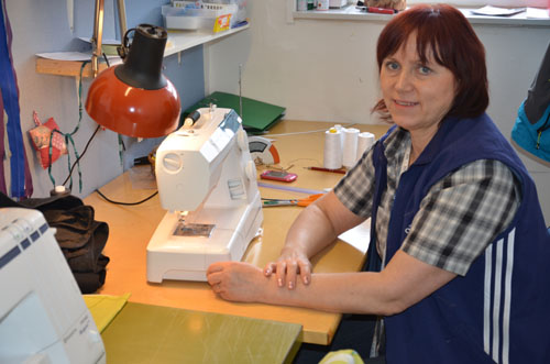 Tanja Ontto palvelee ompeluasioissa.