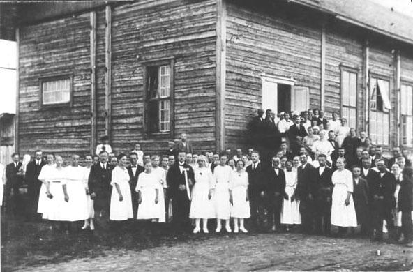 Värtsilän vanha v. 1928 palanut työväentalo. Kuvassa  neljä hää- ja kuuliaisparia. Kuva Hilkka Partaselta.