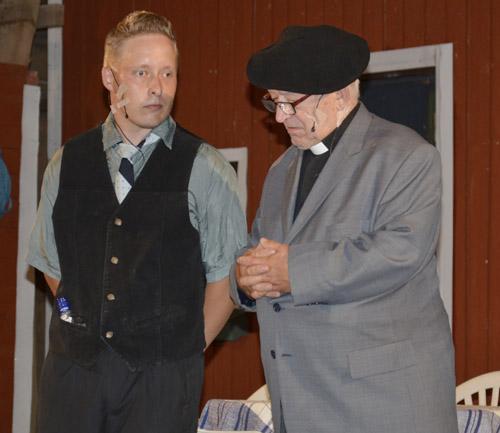 Ystävänä ja kirkonmiehenä Edvard-pastori kehottaa untoa etsimään täytettä Aunen saappaisiin.
