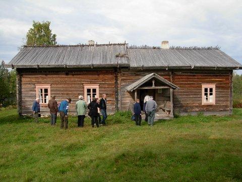 Pirtti on rakennuksen vasemmanpuoleisessa päädyssä.