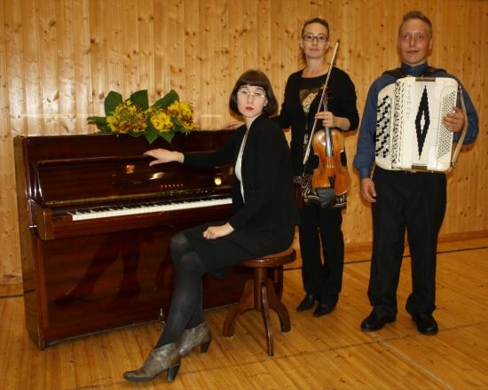 KAISLIKE trio: Alexandra, Kaisli ja Kuisma Lipponen.