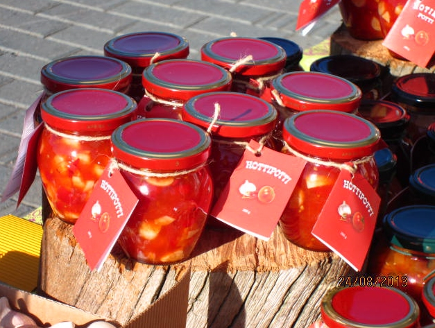 Hottipottia myyntipöydällä. Sisältää valkosipulia, chiliä, paprikaa, tomaattia ja vähän jotkin muuta! Meni muuten kaupaksi ja loppui kesken.
