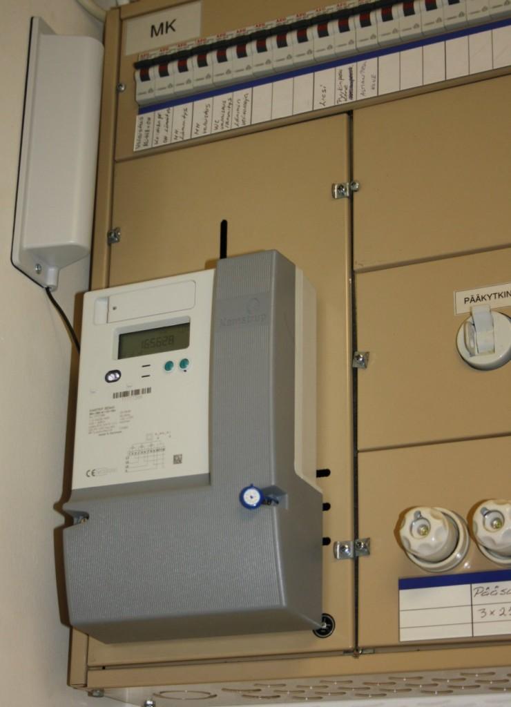 Entisen mittarin tilalla uusi etäluettava mittari, joka lähettää tiedon sähköyhtiölle langattomasti.