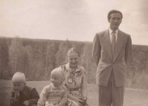 Kari, Kaarina ja Ester Klemm ja Jorma Virtanen Raatevaarassa keväällä 1956.