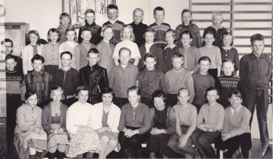 Järventauksen kansakoulun 4 - 7 luokkien oppilaat keväällä 1960.