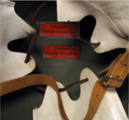 Kypärän sisus, jossa erottuu valmistajan merkki.