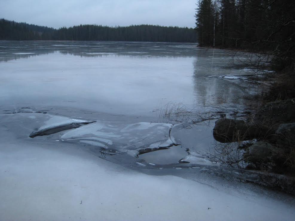 Järvenjää kuin keväällä näin joulukuussa.