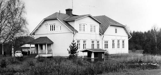 Patsolan koulu. Kuva on ehkä 1960 kuvulta, ajalta ennen rakennuksen asuntopäädyssä tehtyä peruskorjausta.