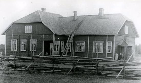 Patsolan koulu alkuperäisessä asussaan. Kuvausvuosi ehkä 1919.