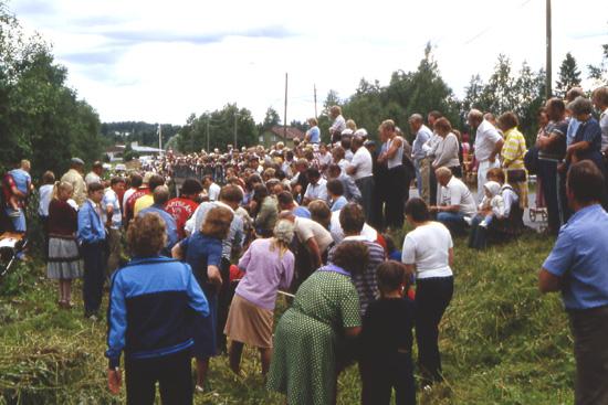 Yleisöjoukko peitti näkymän köydenvetokisassa.