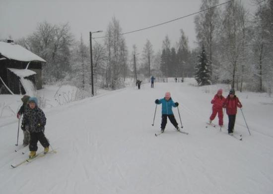 hiihtämässä liikuntahallin latusilla