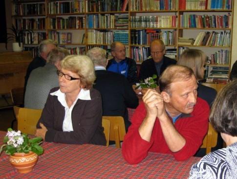 Iso joukko Raatevaaran 1950-luvun koululaisia kokoontui nykyisin kylätalona toimivalle koululleen muistelemaan menneitä elokuussa 2008. Mahtaakohan kirjahyllyssä olla vielä jäljellä niitä kirjoja, joita saimme lainata aikoinaan? Kuva Lissu Kaivolehto