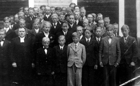 Rippikoulupoikia vuosilta 1948-1949. Kuvan om. Pentti Tikka