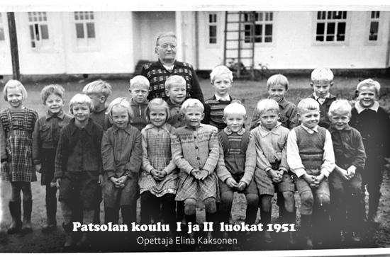 Luokkakuva vuodelta 1951. Kuvassa I ja II luokan oppilaat. Opettaja Elina Kaksonen