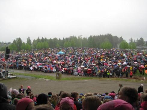 Yleisön sateenvarjojen väriloistoa