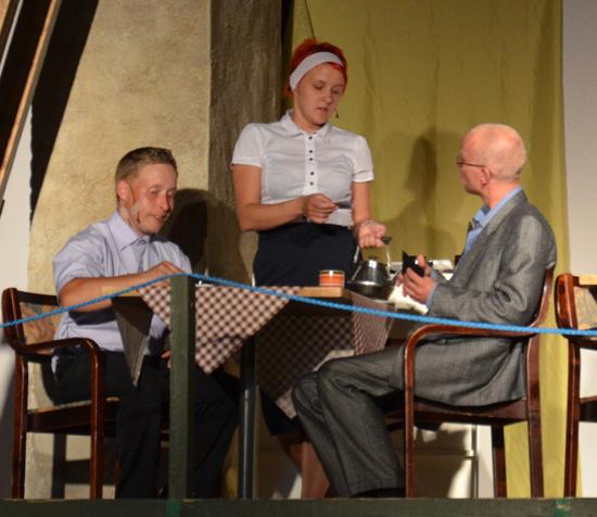 Yllättäen Pollu ja Leevi tapaavat asemaravintolassa, josta Leevi jatkaa matkaa rouva Kandolinin luo. Sinne Pollukin on menossa.