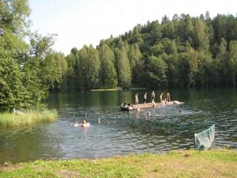 Harkkolammen idylliä! Kesähelle, kaunis lampimaisema sekä kylän koululaiset uimassa.