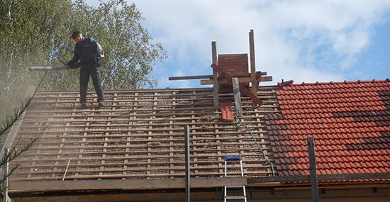 Tiilien poistamisen jälkeen pyyhittiin katolta pölyt lehtipuhaltimella
